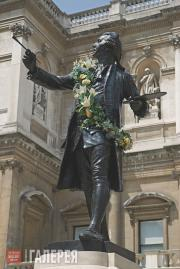Друри Альфред. Статуя сэра Джошуа Рейнольдса во внутреннем дворе Королевской ака