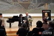 З.И. Трегулова вручает памятную медаль послу Лори Бристоу