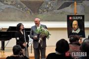 З.И. Трегулова вручает медаль генеральному спонсору журнала В.Л. Мащицкому