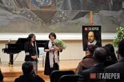 З.И. Трегулова вручает памятную медаль куратору выставки Т.Л. Карповой