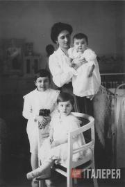 Е.В. Ляпунова с детьми