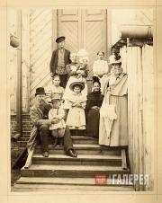 Семья Верещагиных на крыльце дома в Нижних Котлах