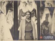 Н.С. Гончарова в мастерской на фоне полиптиха «Испанки» и картины «Две испанки».