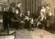 Александр Ильич (крайний слева) и Вера Павловна (сидит) Зилоти в кругу друзей