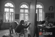 Д.Д. Жилинский в своем доме в Новобутакове работает над картиной «Играет Святосл
