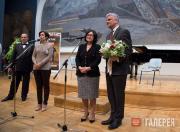 З.И. Трегулова вручает памятную медаль Майклу Бёрду