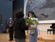 И.В. Мащицкая вручает медаль З.И. Трегуловой