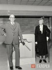 Франсин Кларк Стерлинги у входа в музей в день его открытия