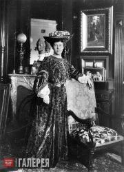 Александра Павловна Боткина в своем доме в С.-Петербурге.  1908