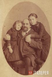 С.И. Мамонтов с дочерьми Александрой и Верой (справа). 1884