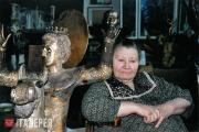 А.Г. Пологова в мастерской рядом с композицией «Георгий Победоносец» (2004)