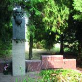 М.Я. ГРИЦЮК. Памятник на могиле Н.Н. Ге. Фотография. 1971