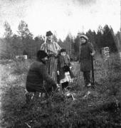 К.А. Коровин с сыном Алексеем и Ф.И. Шаляпин с дочерью Ириной. 1900-е.