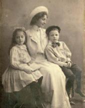 Ю.Н. УРУСМАН С ДЕТЬМИ ОТ М.В. НЕСТЕРОВА, ВЕРОЙ И МИШЕЙ (1901–1921) 1900-е.