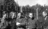 М.Н. Гриценко с белорусскими художниками. Сходня. 1943