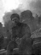 Борис Неменский на фоне горящего Рейхстага. Май 1945