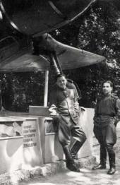 К.М. Молчанов (справа) возле самолета Дважды Героя Советского Союза И.Н.Кожедуба