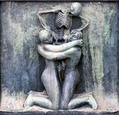 СМЕРТЬ, РАЗЪЕДИНЯЮЩАЯ МУЖЧИНУ И ЖЕНЩИНУ. РЕЛЬЕФ ФОНТАНА. 1916